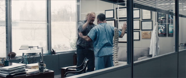 マイク・ウェブスター Dr.バイレスの病院に助けを求める