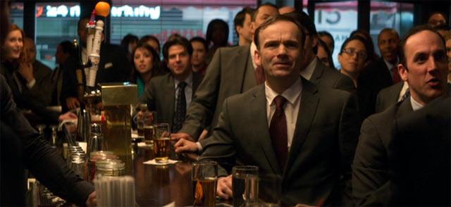 バーでテレビを観ているみんな