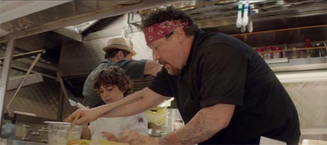 カールと息子のパーシーがフードトラックで料理をしているシーン
