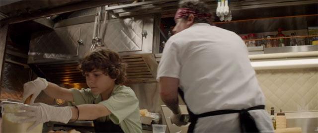 カールと息子のパーシーがフードトラックで料理をしているシーン2