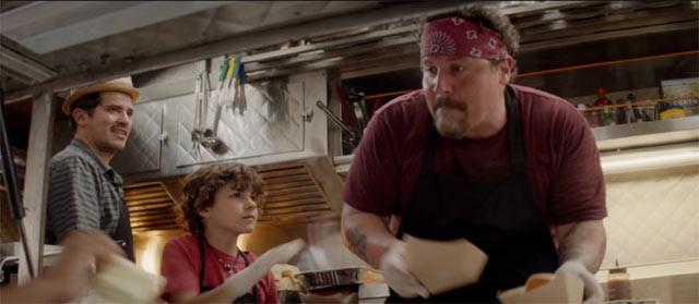カールと息子のパーシーがフードトラックで料理をしているシーン3