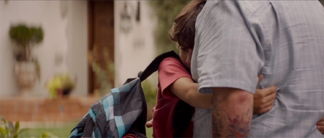 息子パーシーがカールと別れるのをさびしがって抱きつくシーン