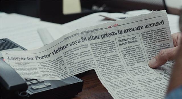 昔の新聞を読んでいるシーン