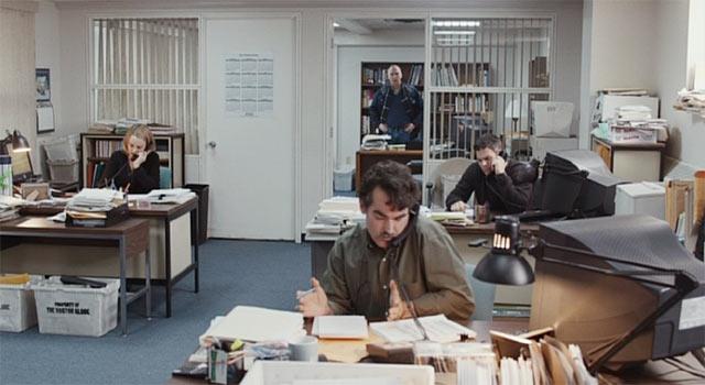 電話が鳴り続けるスポットライトのオフィス