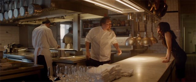 カールとモリーが厨房で話をしているシーン