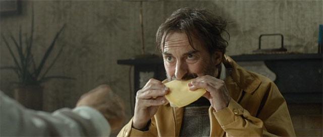 チーズを食べるテオ