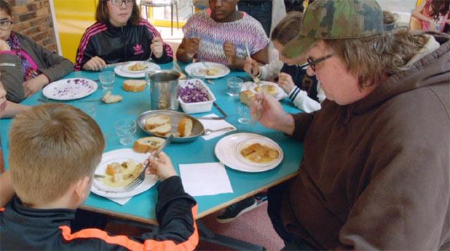 マイケルムーアがフランスの小学校で給食を食べるシーン