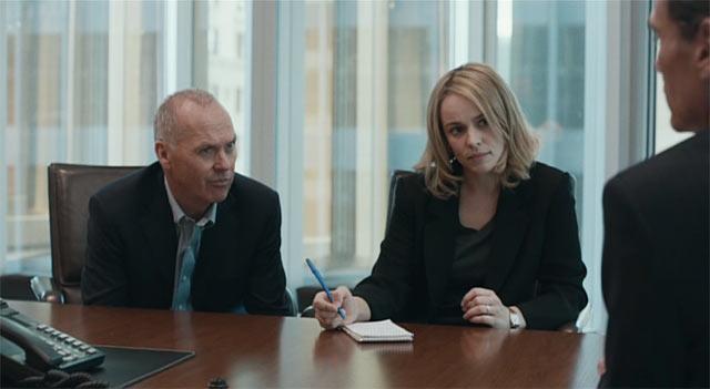 ウォルター・(ロビー)・ロビンソンとサーシャ・ファイファーが話を聞いているシーン