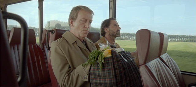 バスに乗る2人