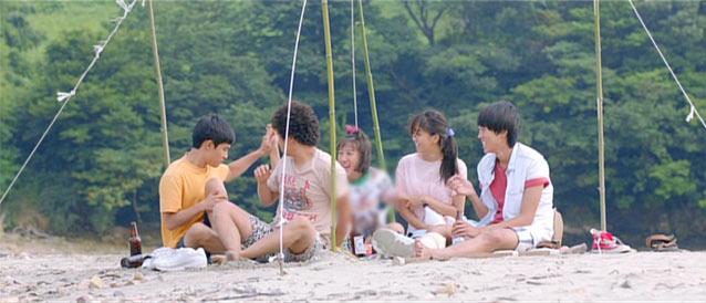 砂浜 5人みんなで食事をしているところ
