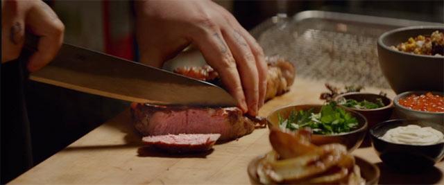 シェフのカールが新しいメニューを考えているシーン2 肉を切っている