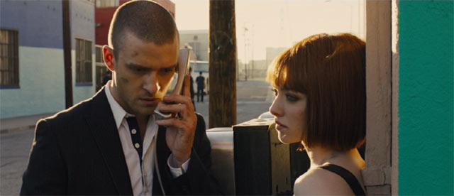 公衆電話で電話をかけるウィル