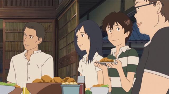 みんなと夕食を食べるケンジ