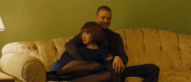 ソファで抱き合う主人公とヒロイン