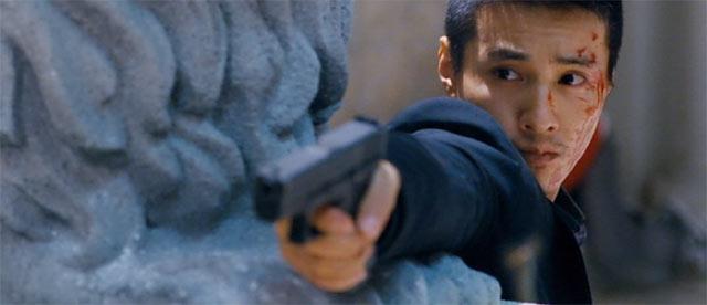 銃を構えるウォンビン