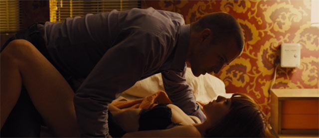 ベットで抱き合うウィルとヒロイン