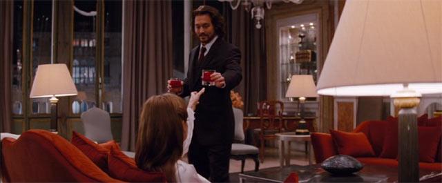 一流ホテルのスイートでお酒を飲むエリーズとフランク
