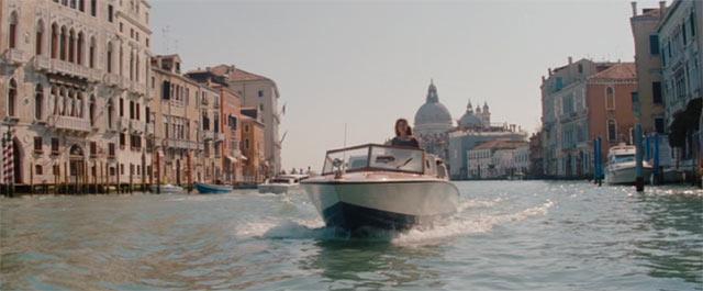 ベネチアでお洒落なボートに乗るエリーズ(アンジェリーナ・ジョリー)