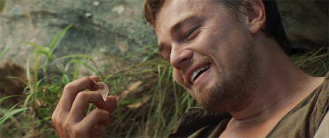 アーチャーが大きなダイヤの原石を持って微笑んでいる