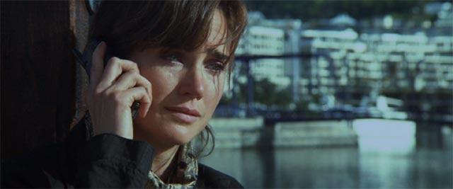 マディーは電話をしながら涙を流す