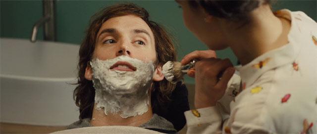 ウィルの髭を剃るルイーザ