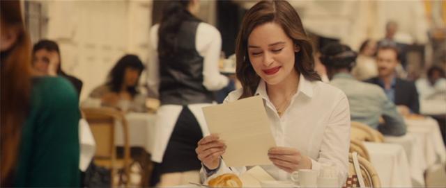 パリでウィルからの手紙を読むルイーザ