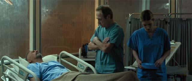 フランクス医師(トミー・リー・ジョーンズ)は手術を終えたジェリコに語りかける