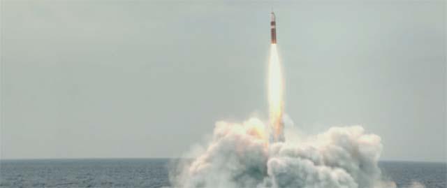 潜水艦からミサイルが発射されるシーン