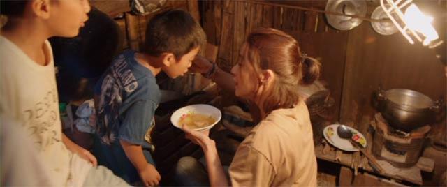 生徒に料理の味見をさせるエーン先生