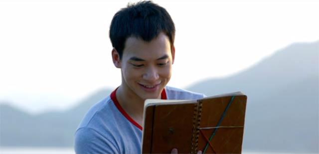 微笑みながらエーン先生の日記を読むソーン
