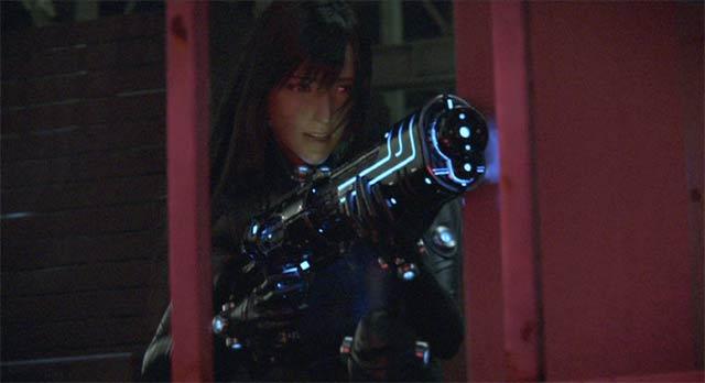 Xガン-ライフル(仮名)を構えるレイカ