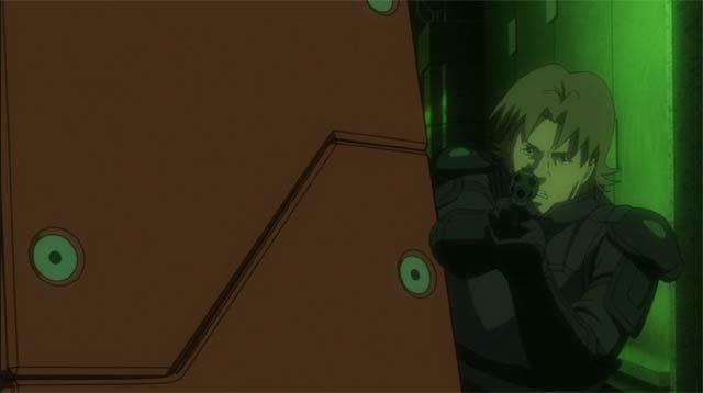 愛用のマテバを撃つトグサ
