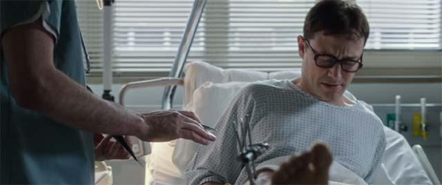 足を骨折して顔をしかめているスノーデン