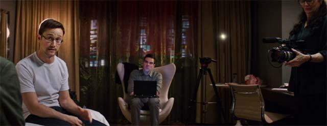 ホテルの一室で話し始めるスノーデン