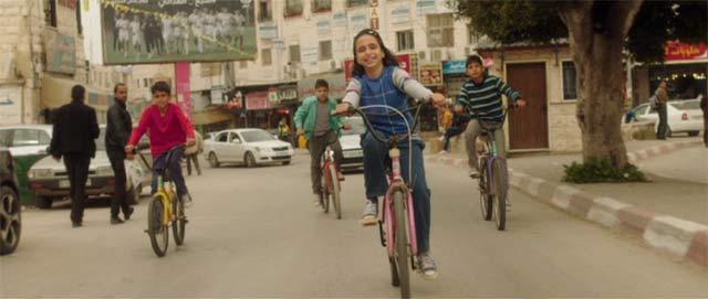 自転車に乗るヌール