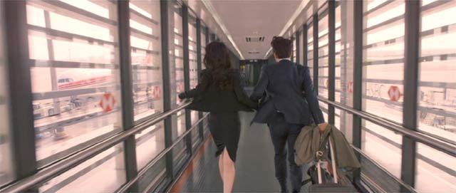 駆け足で飛行機に乗り込む二人