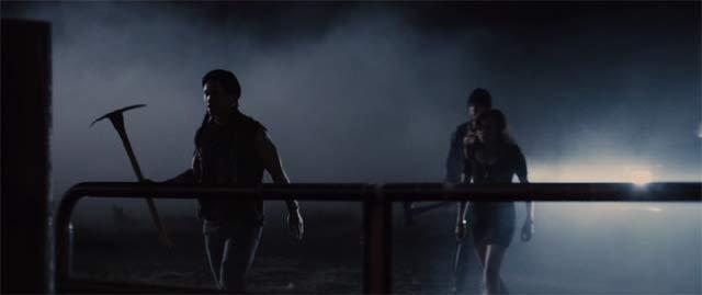 深夜、暗闇の中で斧を持つ3人の影