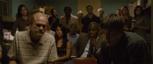 殺人クラブのみんなから質問を受けるリビー