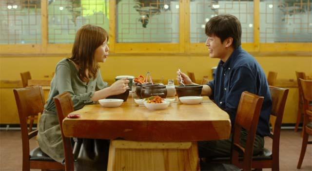食堂でカップルが食事をしているシーン