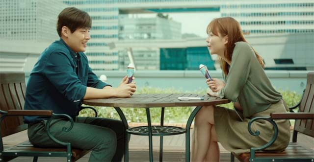 イ・スホ (カン・ハヌル)とチャン・ナヨン (イ・ソム)がテーブルに向き合ってアイスを食べているシーン