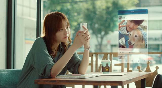 チャン・ナヨン (イ・ソム)がFacebookでやり取りしているシーン