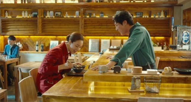 チェ・ジウが食事をしているシーン