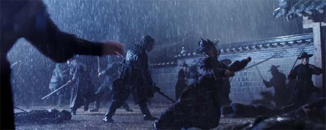 深夜、雨の中刀で斬り合うシーン