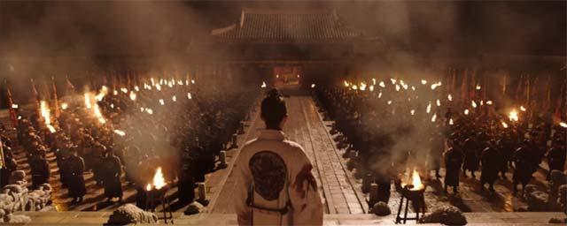 真夜中、兵士たちの前に立つイ・サン王